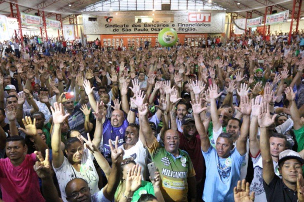 """Trabalhadores no setor de transporte urbano em São Paulo reafirmam disposição de parar no próximo dia 19, caso o governo ponha em votação a Proposta de Emenda à Constituição (PEC) 287, de """"reforma"""" da Previdência; centrais sindicais marcaram para aquela data um dia nacional de luta, com protestos e paralisações; """"Não vamos ficar correndo atrás do calendário deles. Vamos parar todos os trabalhadores e trabalhadoras do Brasil. Não só o transporte. Vamos parar servidores públicos, professores, metalúrgicos, todos"""", disse o presidente da CUT, Vagner Freitas"""