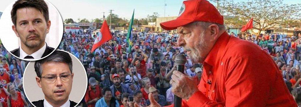 Dois dos três desembargadores do TRF-4 que condenaram o ex-presidente Lula sem provas também recebem auxílio-moradia, mesmo possuindo imóvel na cidade em que residem, Porto Alegre; Leandro Paulsen, revisor da sentença contra Lula, adquiriu apartamento em 2009 em Porto Alegre, por R$ 432 mil; seu salário em dezembro do ano passado foi de47,4 mil, contados os R$ 4.378 do auxílio-moradia; já Victor Laus comprou, em 2014, um apartamento no Moinhos de Vento, bairro nobre na região central,por R$ 255 mil; somados os penduricalhos, seu salário em dezembro foi de R$ 106 mil; João Pedro Gebran Neto também recebe o auxílio, mas não tem imóvel próprio na capital gaúcha; os três começaram a fazer uso do benefício em outubro de 2014, um mês depois de decisão liminar do ministro Luiz Fux