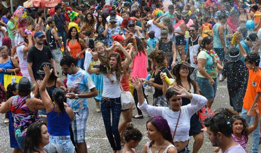 Com uma programação que começa cedo e deve se estender até a madrugada, cerca de 40 blocos vão animar o segundo dia de carnaval no Distrito Federal; expectativa da Secretaria de Cultura é que cerca de 2,5 milhões de foliões participem das festas, que estão programadas até o dia 27 de fevereiro