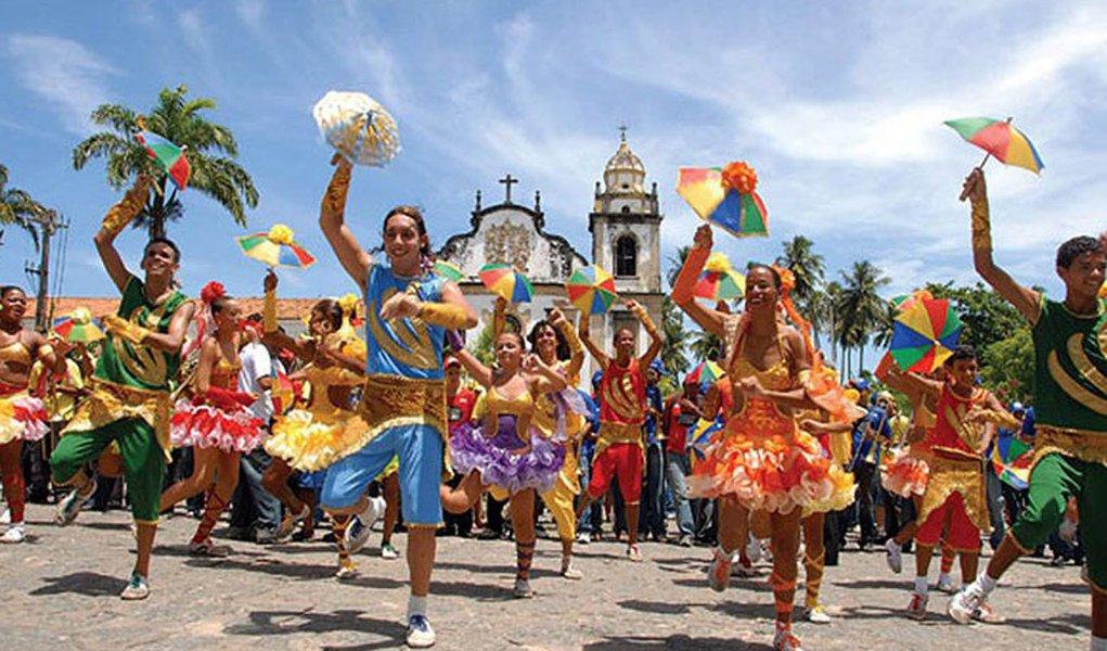 """Enquanto a dança, o suor e alegria sobem e descem as ladeiras da charmosa e linda Olinda acompanhando os dançarinos no """"ritmo da frevura"""", talvez poucas pessoas percebam que estão diante de uma tradição cultural que desfilou pela primeira vez no carnaval de 2013 com o título de patrimônio imaterial da humanidade; o frevo é o primeiro bem brasileiro que entra na lista representativa da Unesco, depois de passar pelo crivo da convenção realizada em 2003; como manifestação cultural, o frevo surgiu no final do século 19, em Recife, em pleno carnaval, como expressão das classes populares, numa época em que a capital pernambucana começava a se urbanizar"""