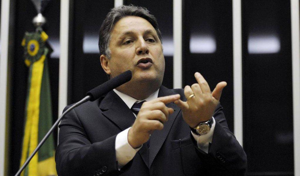 """O ex-governador do Rio Anthony Garotinho (PR) publicou uma nota em seu blog anunciando que deixa o partido """"aliviado,já que o partido hoje é uma sucursal do governo Michel Temer, que está entregando o Brasil, perseguindo aposentados, comprando deputados para aprovar reformas políticas, gastando bilhões para não ser investigado sobre as malas de Geddel Vieira Lima, as mutretas de Cunha, as maracutaias de Rodrigo Rocha Loures""""; leia a íntegra"""
