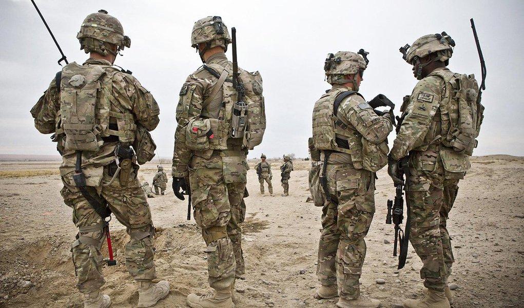 """Militar dos EUA foi morto e quatro outros ficaram feridos durante um """"envolvimento em combate"""" em Nangarhar, uma província do leste do Afeganistão; atualmente há cerca de 14 mil militares norte-americanos em solo afegão. Segundo a estratégia do presidente dos EUA, Donald Trump, para o sul da Ásia, os soldados de seu país têm permissão para acompanhar forças afegãs em batalha, o que pode expô-las a riscos maiores"""