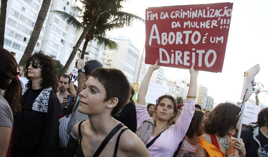 Apoio à descriminalização do aborto cresceu de 23% para 36% no último ano, segundo pesquisa Datafolha; no mesmo levantamento, 57% dos brasileiros disseram acreditar que a mulher deve ser punida e ir para a cadeia caso faça um aborto