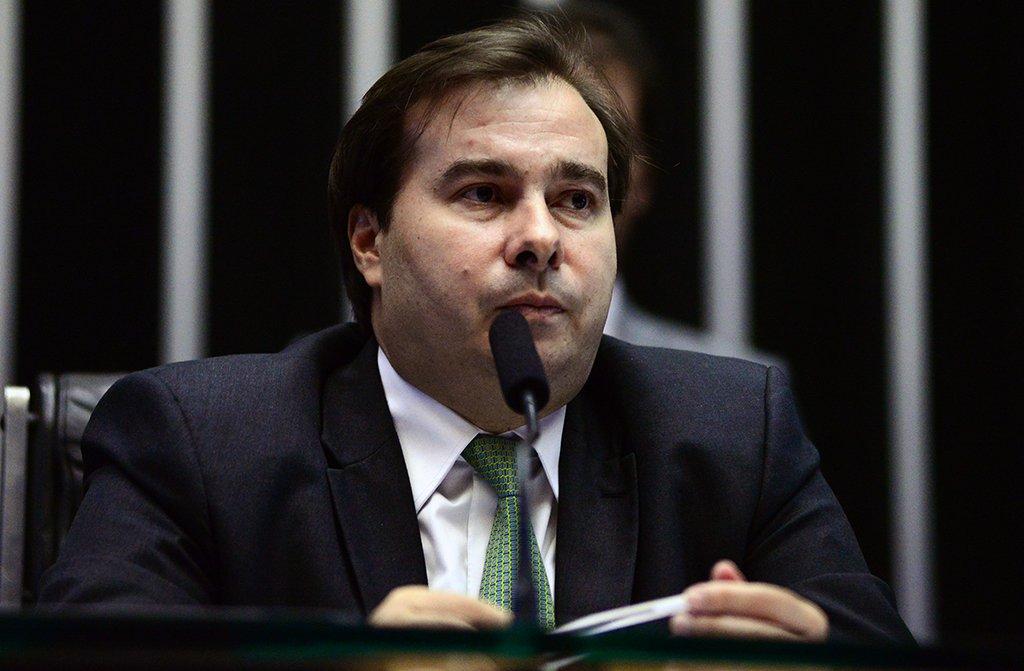 """O presidente da Câmara, Rodrigo Maia (DEM-RJ) disse que o rebaixamento da nota de crédito do Brasil pode ajudar no convencimento dos parlamentares em torno da reforma da Previdência; de acordo com o democrata,a avaliação da agência internacional pode contribuir para o avanço da proposta na Câmara """"se parte do governo não tentar responsabilizar o Congresso""""; agência internacional de classificação risco de Standard & Poor's rebaixou o País para três níveis abaixo do grau de investimento"""