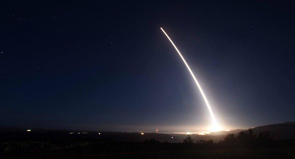 Os Estados Unidos estão mais próximos do que nunca em uma guerra com a Coreia do Norte, acredita o almirante da reserva do país, Michael Mullen. O militar foi chefe do Estado-Maior Conjunto dos EUA entre 2007 e 2011, e declarou em um programa da rede ABC que ele não vê qualquer solução diplomática possível para a disputa com Pyongyang sobre suas crescentes capacidades nucleares
