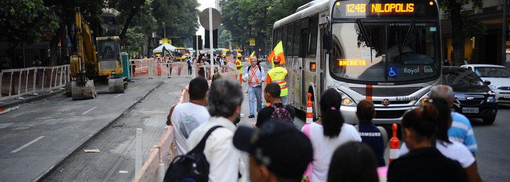 A juíza Roseli Nalin, titular da 15ª Vara de Fazenda Pública do TJ-RJ, concedeu uma liminar determinando à prefeitura do Rio o cumprimento do contrato de concessão realizado com os quatro consórcios que operam esse sistema de transporte; com isso, a magistrada apontou que o reajuste da tarifa dos ônibus municipais para R$ 3,60 deve começar a ser cobrado no prazo de 10 dias, a partir da intimação; atualmente a passagem custa R$ 3,40