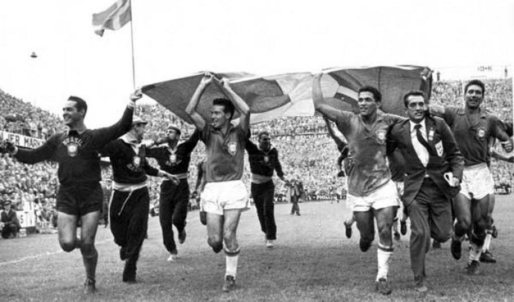 """""""Em 1958, quando o Brasil ganhou sua primeira Copa do Mundo, Juscelino Kubitschek entrava no seu terceiro ano de governo, a Bossa Nova e o Cinema Novo começaram a fazer sucesso aqui e no exterior"""", escreve o jornalista Ricardo kotscho; """"Foi o ano de afirmação do Brasil como Nação"""", afirma; de acordo com o blogueiro,""""voltamos a ser um país anão e o mundo esqueceu o Brasil, 60 anos depois de descobri-lo"""""""