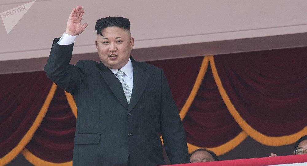 """Carta do líder norte-coreano foi entregue ao homólogo sul-coreano pela irmã de Kim Jong-un, que se encontra na Coreia do Sul a propósito dos Jogos Olímpicos; o presidente sul-coreano, Moon Jae-in, de acordo com a Yonhap, respondeu que está pronto para visitar o país vizinho, se forem """"criadas condições""""; """"Façamos por o conseguir, criando as condições necessárias no futuro"""", disse o presidente, citado pelo comunicado da presidência"""