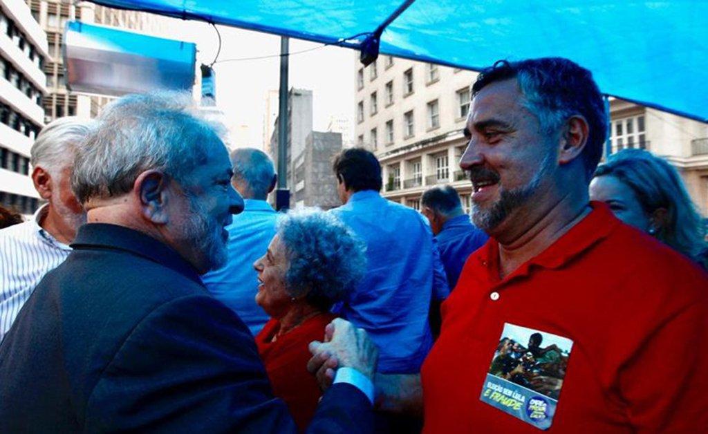 """O líder da bancada do PT na Câmara, deputadoPaulo Pimenta (PT-RS),no ato que reuniu mais de 60 mil pessoas em Porto Alegre, disse que o Brasil não pode aceitar a injustiça que querem fazer com o ex-presidente Lula, que está sendo julgado nesta quarta-feira (24); """"E esse povo aqui veio abraçar Lula e dizer para o Brasil e ao mundo que Lula é inocente. Não aceitaremos que um juiz de primeira instância, sem legitimidade e isenção, com apoio da Rede Globo e de Dallagnoll(s), condenem Lula. Vocês serão julgados pela história como traidores do Brasil por perseguirem a maior liderança política do País"""""""
