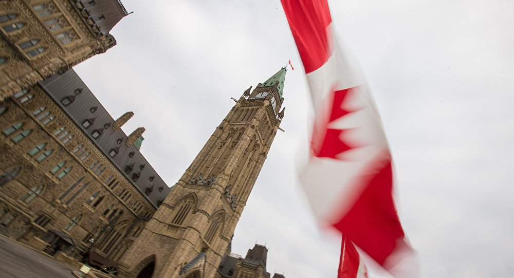 """O Senado canadense aprovou uma lei para mudar uma das estrofes do hino nacional do país. A medida busca garantir a neutralidade de gênero no texto substituindo as palavras """"filhos"""" ('thy sons') por """"todos nós"""" ('all of us'); primeiro-ministro do país, Justin Trudeau, votou a favor da alteração, que havia sido proposta, sem sucesso, em outras ocasiões;tentativas de eliminar a palavra """"filhos"""" do hino acontecem desde 1980, informou a emissora canadense CBS"""