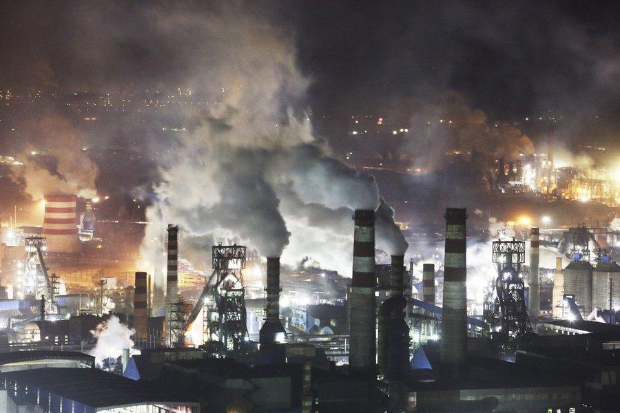 O crescimento do setor industrial da China desacelerou em dezembro uma vez que a repressão à poluição do ar e o esfriamento do mercado imobiliário começam a pesar sobre a segunda maior economia do mundo; o Índice de Gerentes de Compras (PMI, na sigla em inglês) oficial divulgado neste domingo caiu a 51,6 em dezembro, de 51,8 em novembro
