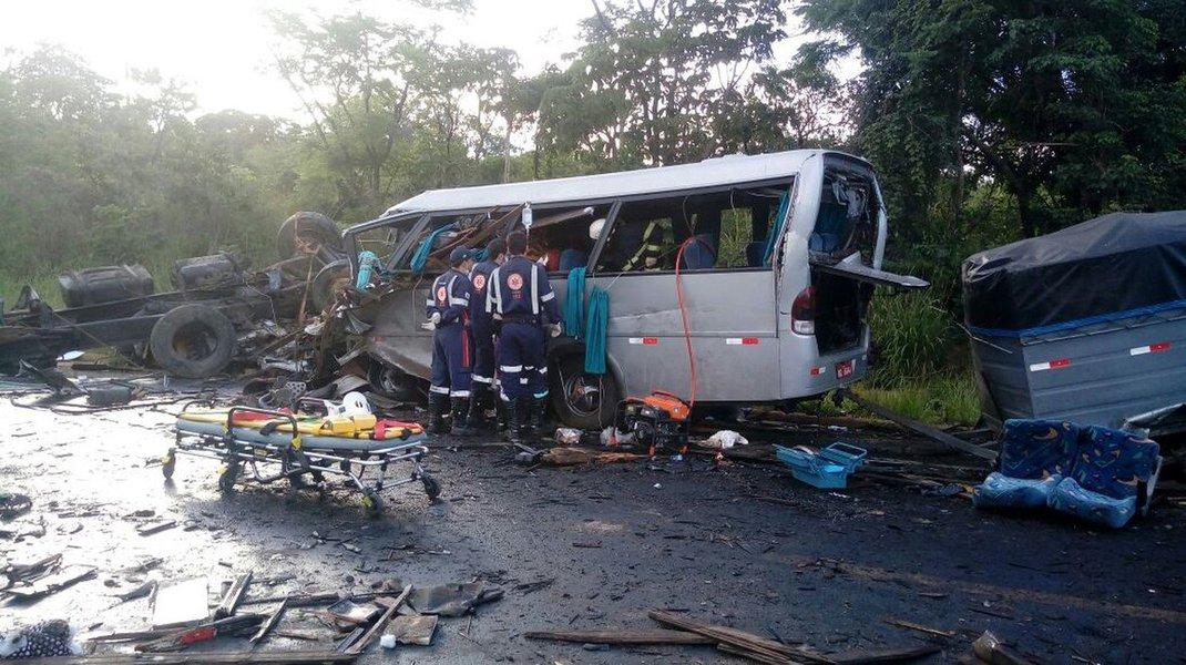 O acidente aconteceu na BR-251, em Grão Mogol, no Norte de Minas; de acordo com Samu e os Bombeiros, 11 pessoas estão em estado grave, uma em estado gravíssimo e 27 sofreram ferimentos leves; as coalizações envolveram sete veículos, sendo um caminhão que fazia o transporte de outro caminhão, duas carretas, dois micro-ônibus, duas carretas e uma van