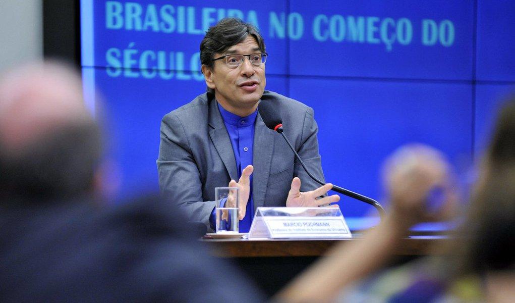 """""""Decorrido mais de dois anos da pior recessão econômica, aprofundada por inegáveis evidências de partidarização do poder jurídico e de descrédito do sistema político, a tarefa da reconstrução da nação voltou ao centro de uma agenda comprometida com o futuro do Brasil"""", diz o economista Marcio Pochmann em análise publicada na RBA; segundo o estudioso,trava-se """"uma 'batalha' entre a velha e a nova estrutura da sociedade que resulta das profundas transformações na infraestrutura do sistema produtivo"""""""