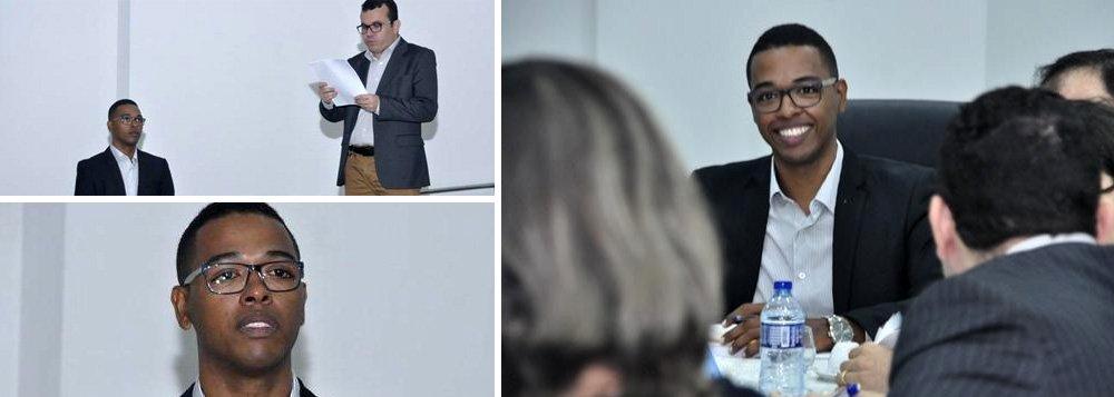 O piauiense Guilherme Lopes, de 26 anos, se tornou na última sexta-feira (9) o mais jovem doutor do Brasil; ele teve sua tese de doutorado em biotecnologia aprovada na UFPI, em Parnaíba; filho de costureira e pedreiro, moradores de Piripiri (PI), Guilherme foi de escola pública, usou a nota do Enem no Prouni e passou um ano na Espanha, aperfeiçoando sua pesquisa no Departamento de Farmacologia da Universidad de Sevilla, por meio de um bolsa do programa Ciência sem Fronteiras, criado pela presidente Dilma Rousseff; sucesso de Guilherme Lopes reflete as mudanças feitas com investimentos públicos na Educação; caso foi destacado pelo ex-presidente Lula em sua página