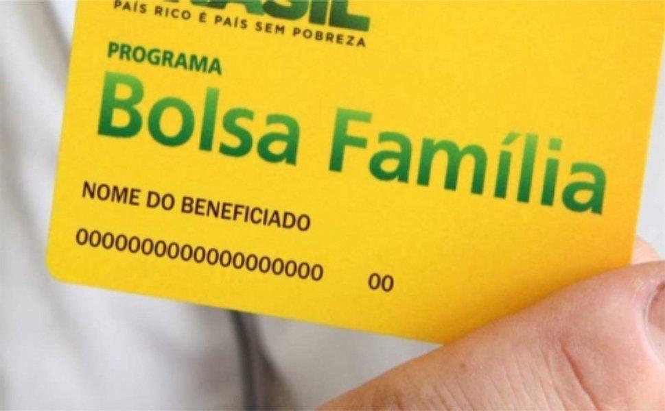 Dados do Ministério do Desenvolvimento Social (MDS) apontam que 38% da população alagoana depende do Bolsa Família; com este índice, o estado ocupa o sexto lugar no ranking nacional; através do mapa estatístico, nas Regiões Norte e Nordeste, percebe-se que o estado do Maranhão ocupa a primeira posição (48%), seguido pelos estados do Acre e Piauí (43%); o Pará e Paraíba perfazem 39%, além de Amazonas, Bahia e Ceará (todos com 37%) e Sergipe e Pernambuco (ambos com 36%)