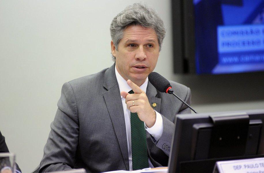 """O deputado federal Paulo Teixeira (PT-SP) criticou no Twitter o julgamento do ex-presidente Luiz Inácio Lula da Silva no processo envolvendo o tripléx no Guarujá; """"Os membros da 8a turma do TRF-4 terão suas reputações colocadas em risco caso confirmem a fragil sentença de Moro. A história não os perdoará"""", escreveu o parlamentar"""