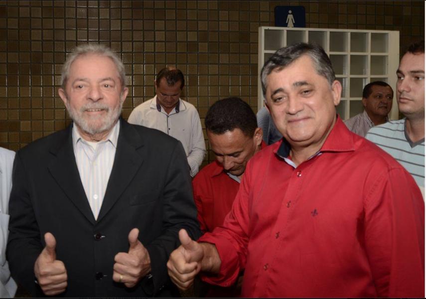 """""""É um sinal de que não vamos abrir mão da candidatura de Lula. A pesquisa mostra que o povo quer Lula candidato e somente o povo tem o direito de decidir se ele disputará ou não"""", afirmou o deputado José Guimarães (PT-CE) nesta quarta-feira (31). Ele comemorou os números da pesquisa Datafolha divulgada hoje em que mostra Lula como líder na disputa pela presidência, mesmo após a condenação"""