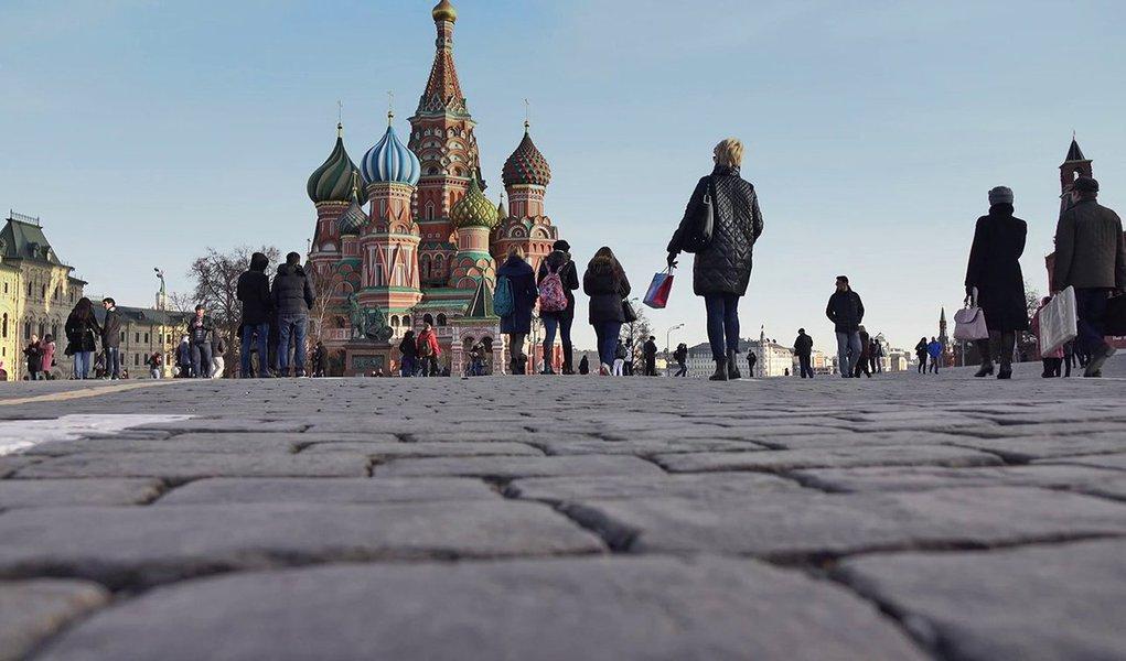 Desconhecido realizou disparos na Rua Nikolskaya em Moscou, a 300 metros da Praça Vermelha, e duas pessoas ficaram feridas; um grupo de policiais foi enviado ao local e as vítimas foram encaminhadas para o hospital; suspeito está sendo procurado