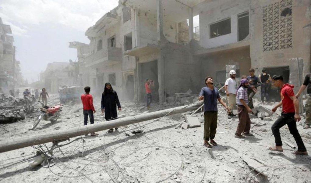 """Mais de 300 membros do grupo terrorista Estado Islâmico (EI) se entregaram a facções armadas sírias contra as quais lutaram nos últimos dias na província de Idlib, no Noroeste do território sírio, informaram fontes opositoras e o Observatório Sírio de Direitos Humanos; cerca de 350 combatentes de EI, junto com 80 familiares, se entregaram aos grupos que participaram da batalha, batizada de """"A derrota dos invasores"""", contra os jihadistas em Idlib, disse um dirigente do rebelde Exército Livre Sírio (ELS) nessa zona, Abdel Muin al Masri"""