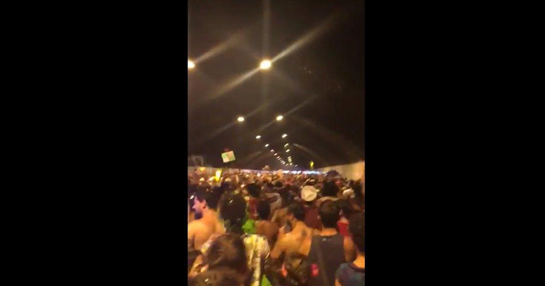 """Foliões do bloco Tico Tico Serra Copogritam """"Olê olê olê olá Lula Lula"""" em uníssono enquanto se divertem no Carnaval de Belo Horizonte, Minas Gerais; assista"""