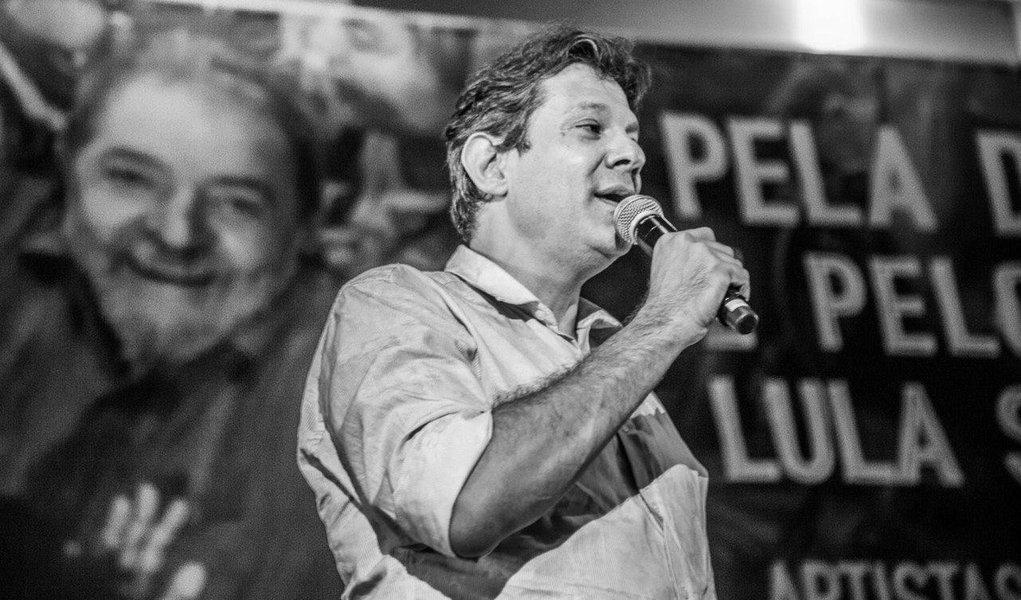 """Em ato pelo direito do ex-presidente Lula de ser candidato, o ex-prefeito de São Paulo Fernando Haddad afirmou que sente sente saudade """"do Brasil de muito pouco tempo atrás"""", referindo-se ao governo Lula, de quem foi ministro da Educação; """"O sonho deles é disputar quem vai ganhar por WO"""", ironizou, para acrescentar que o petista está pronto para disputar e ganhar; """"Eles têm todo o direito de (tentar) ganhar do Lula. Está difícil, mas eles têm direito. (Lula) tem 72 anos, energia de 30 e tesão de 20"""", afirmou Haddad"""