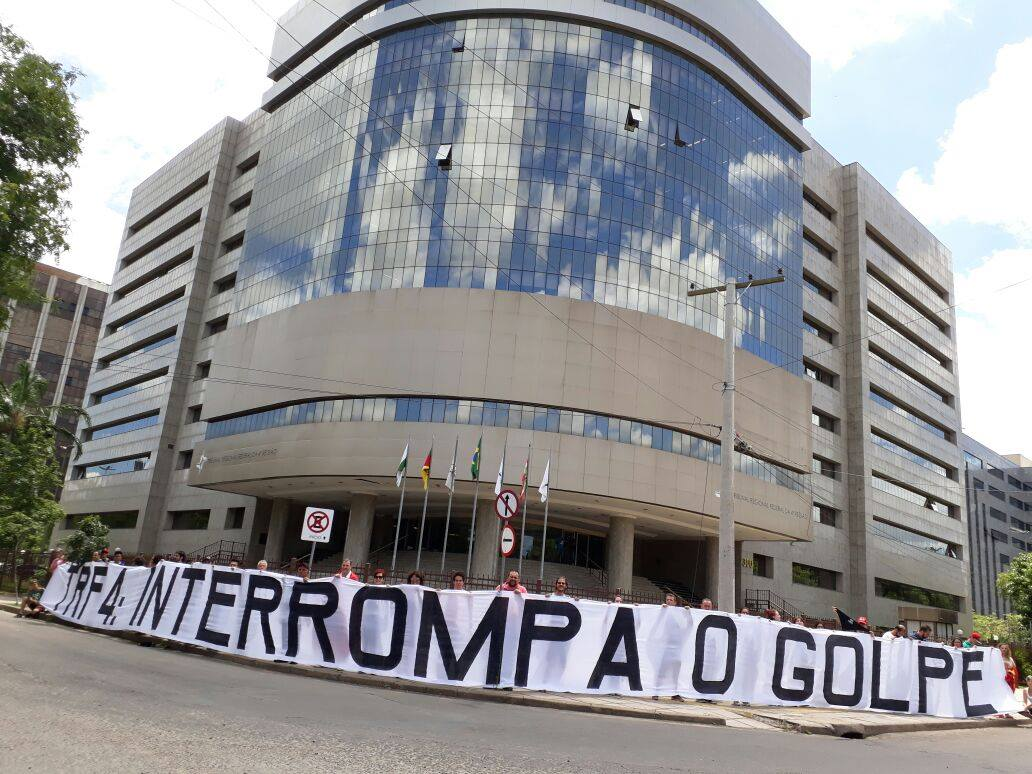 De acordo com o TRF4, sediado em Porto Alegre, são 250 jornalistas do Brasil e 43 correspondentes estrangeiros, da Alemanha, Argentina, Catar, China, Dinamarca, Espanha, Estados Unidos, França, Inglaterra e Japão; o julgamento do recurso do ex-presidente Lula está marcado para começar às 8h30 desta quarta-feira (24)