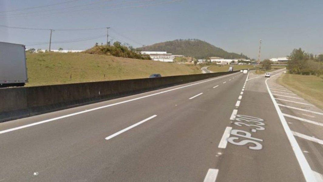 O acidente ocorreu por volta das 1h30 desta segunda-feira (1º), após dois veículos baterem de frente em um viaduto sobre a rodovia.Segundo a concessionária AutoBan, a colisão ocorreu no acesso ao retorno, na altura do km 38