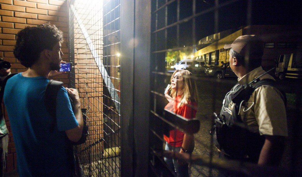 Durante as ações em resposta à condenação do ex-presidente Luiz Inácio Lula da Silva no TRF-4, nesta quarta-feira (24), 21 pessoas da Mídia Ninja e do Levante Popular da Juventude, que participavam de intervenções nas vias da cidade, foram detidas, sendo um menor de idade; assista a vídeo do momento