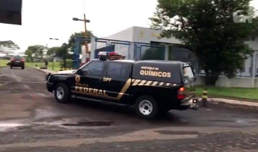Polícia Federal (PF) deflagrou a Operação Renitência, oitava fase da Pecúlio, para apurar irregularidades na contratação de serviços públicos de saúde em Foz do Iguaçu (PR); policiais cumprem seis mandados de prisão (três preventivas e três temporárias) e 12 mandados de busca e apreensão
