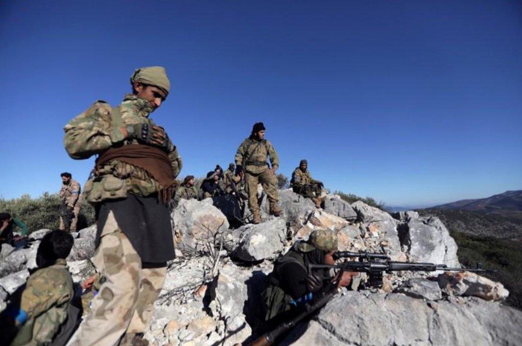 Forças pró-Síria entraram nesta terça-feira na região de Afrin, no noroeste sírio, para ajudar uma milícia curda na área a conter um ataque da Turquia, criando a perspectiva de uma escalada maior no conflito; pouco depois da chegada de um comboio de milicianos que empunhavam bandeiras da Síria e brandiam armas em Afrin, a mídia estatal síria relatou que a Turquia os alvejou com fogo de artilharia