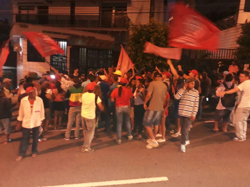 """Militantes MTST de São Bernardo ocuparam a frente da casa de Lula contra 'as provocações da direita e em solidariedade ao ex-presidente'; o líder do movimento, Guilherme Boulos, afirmou que """"grupelhos de direita fazem provocação em frente à casa de Lula"""" nesta noite"""