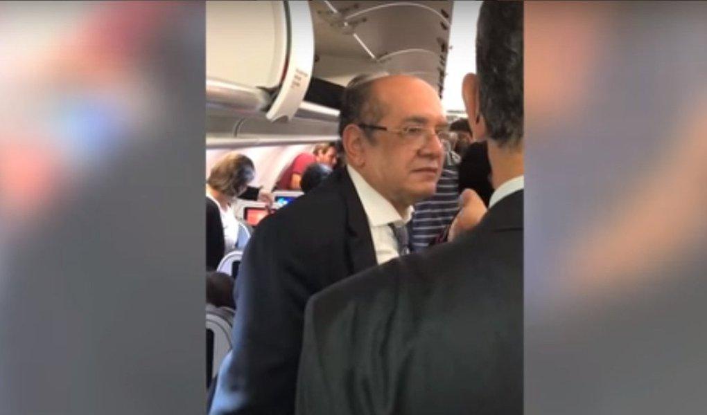O ministro Gilmar Mendes, do Supremo Tribunal Federal, foi alvo de manifestação dentro de um avião; no vídeo, que viraliza nas redes sociais, manifestantes pedem Polícia Federal contra o magistrado e ressaltam sua amizade com o senador Aécio Neves (PSDB)
