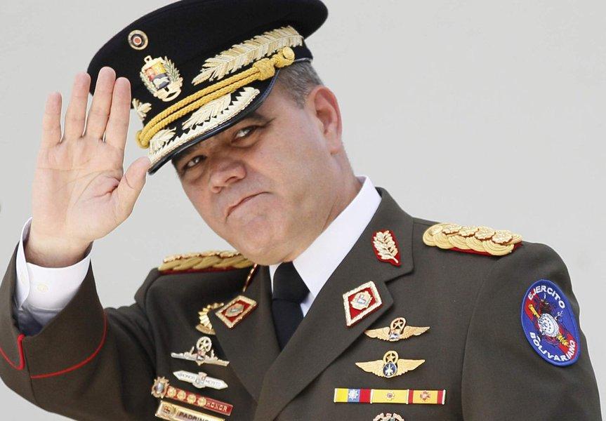 """O ministro da Defesa da Venezuela, Vladimir Padrino López, declarou que as sanções do governo dos EUA contra os militares venezuelanos não conseguem intimidar a honra da Força Armada Nacional Bolivariana; """"Que o mundo inteiro, e especialmente o império americano, com seus aliados internos e externos, saiba que não nos intimidarão com sanções de qualquer tipo"""", disse ele, em um comunicado divulgado pelo serviço de imprensa do Ministério da Defesa neste sábado"""