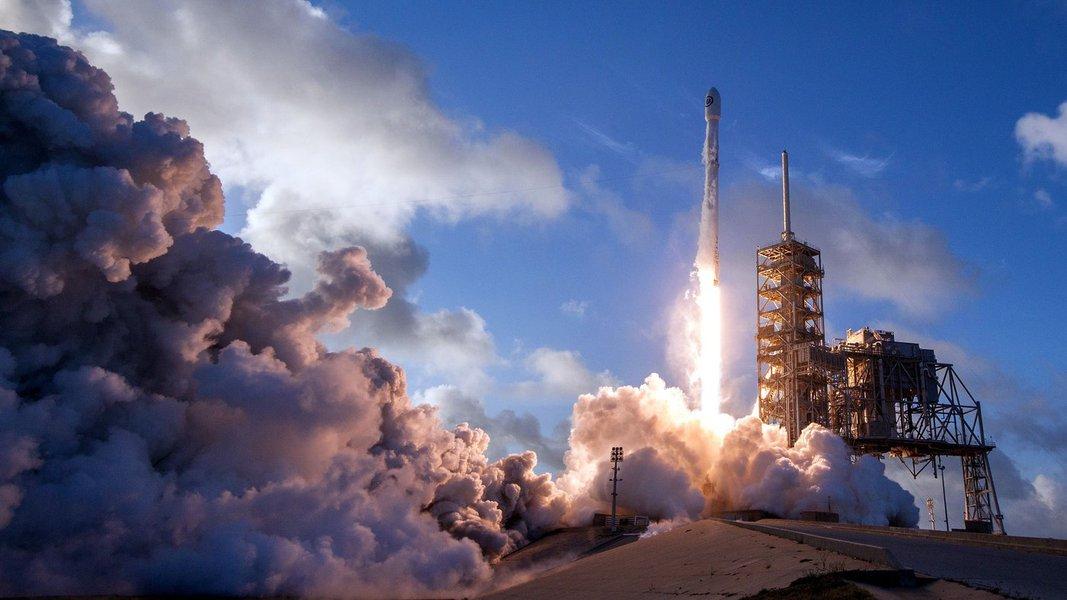 O automóvel elétrico de luxo será utilizado como carga no voo teste de estreia altamente esperado do novo foguete jumbo Falcon Heavy, também de Musk, que deve ser lançado na terça-feira por seu outro empreendimento de transporte, a Space Exploration Technologies; provavelmente a SpaceX, com sede na Califórnia, vai ganhar vantagem em relação às companhias de foguetes comerciais rivais que buscam contratos importantes com a Nasa, as Forças Armadas dos EUA, empresas de satélites e até mesmo com turistas espaciais pagantes