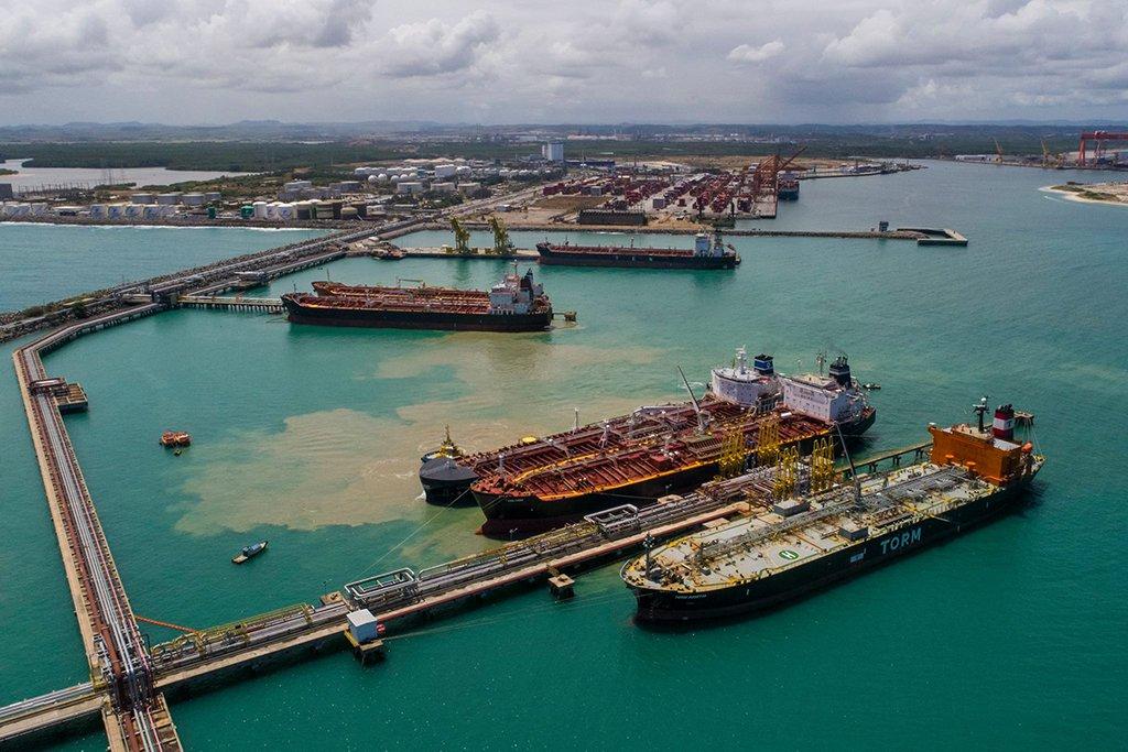O Complexo Industrial Portuário de Suape, no Sul da Região Metropolitana do Recife, alcançou em 2017 a maior movimentação anual de sua história, com um total de 23,8 milhões de toneladas de cargas, um crescimento de 4,7% em relação ao ano anterior; de acordo com balanço divulgado pelo porto, o destaque foi o crescimento, principalmente, de contêineres e veículos, que alcançaram também as maiores marcas já registradas em Suape; em 2017, foram 464.490 TEUs (+18,9%) e 80.080 automóveis (+46%), respectivamente
