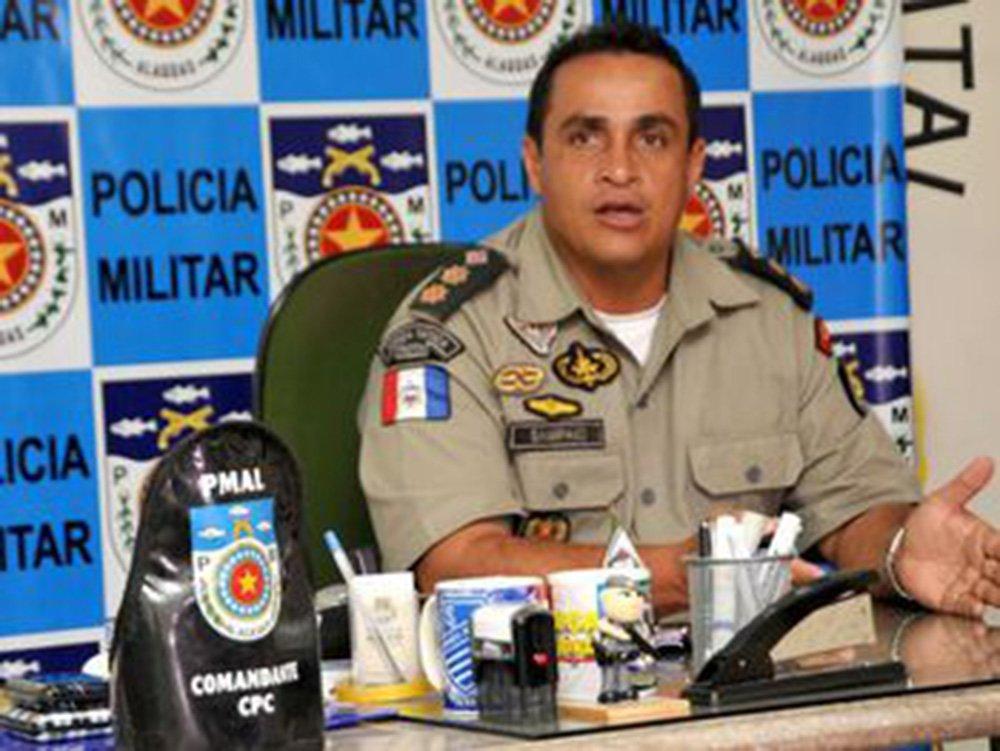 O comandante-geral da Polícia Militar de Alagoas (PMAL), coronel Marcos Sampaio, teve o carro levado em um assalto ocorrido na noite desta terça-feira (13), no bairro do Trapiche da Barra, em Maceió; o veículo pertence à Secretaria de Segurança Pública (SSP) e era utilizado pelo comandante; após o assalto foi emitido um alerta geral para todas as equipes de plantão, mas o veículo ainda não foi recuperado