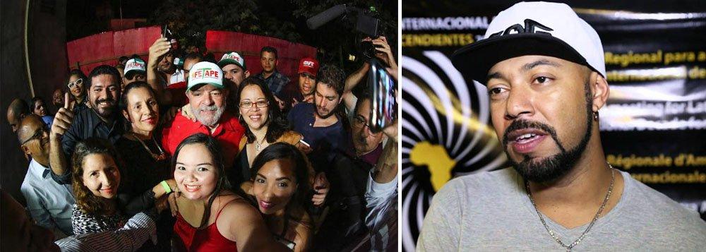 """O ativista Douglas Belchior diz que condenações sem provas, como no caso do ex-presidente Lula, """"servem a uma Justiça de classe, com viés ideológico""""; """"Sem provas e por convicção depuseram uma presidenta. Não podemos permitir que sem provas e por convicção as coisas se deem na política e na economia do nosso país. Desse lado eu posso dizer: aqui tem provas, provas da força do nosso povo, da resistência, da resiliência. Vamos reagir nas ruas e nas urnas"""", diz ele; assista ao vídeo"""