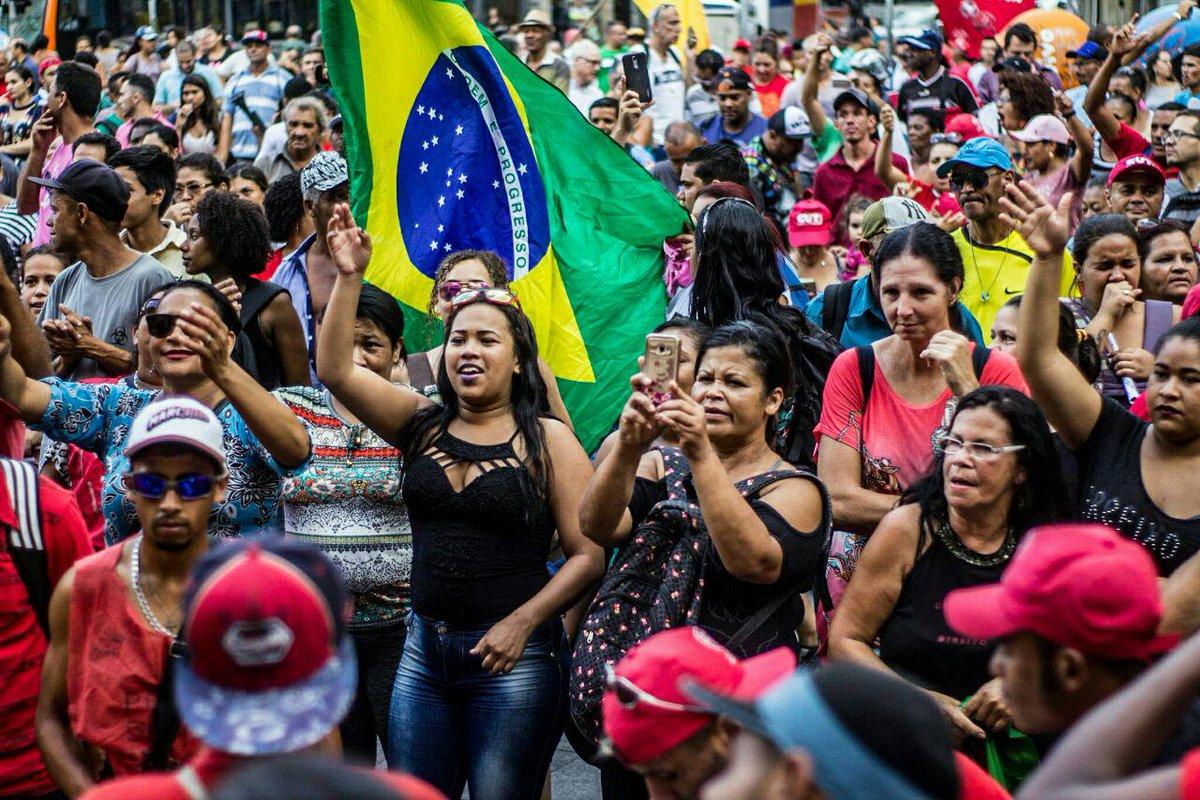 Logo após a confirmação da condenação do ex-presidente Lula em segunda instância no caso do tríplex do Guarujá, milhares de pessoas rumaram para a Praça da República, no centro de São Paulo; ainda na noite desta quarta-feira (24), o ex-presidente participará de um ato com a presença de lideranças políticas e demovimentos sociais no local