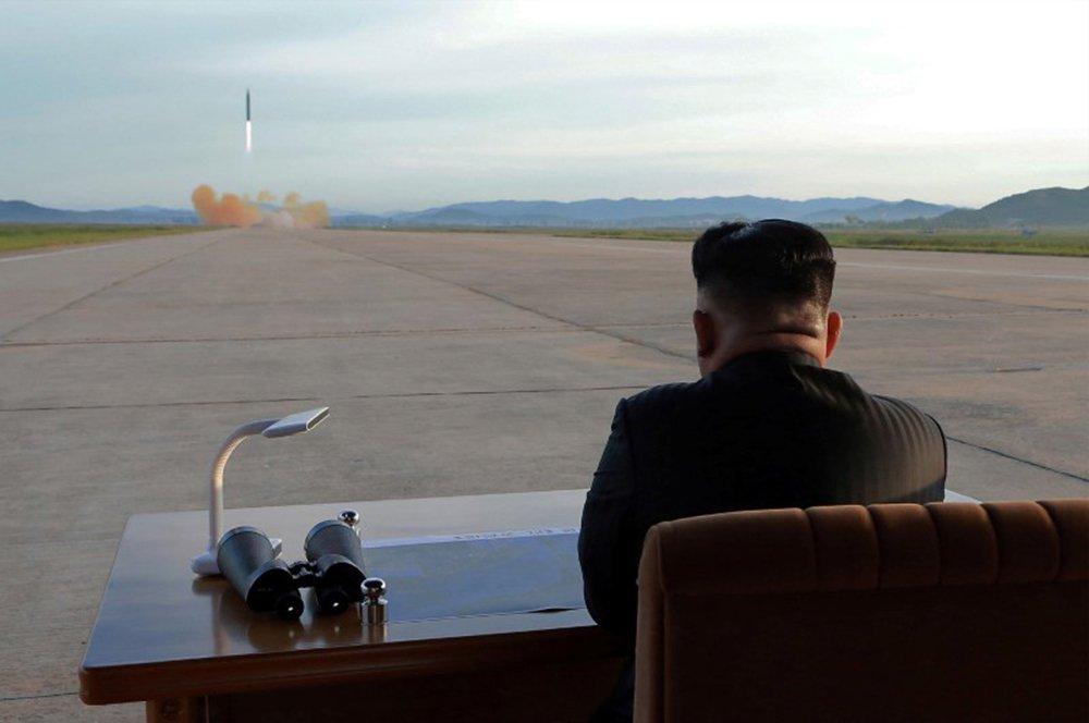 Líder norte-coreano, Kim Jong Un, assiste lançamento de míssil Hwasong-12 em foto divulgada pela agência de notícias oficial da Coreia do Norte, KCNA 16/09/2017 KCNA via REUTERS