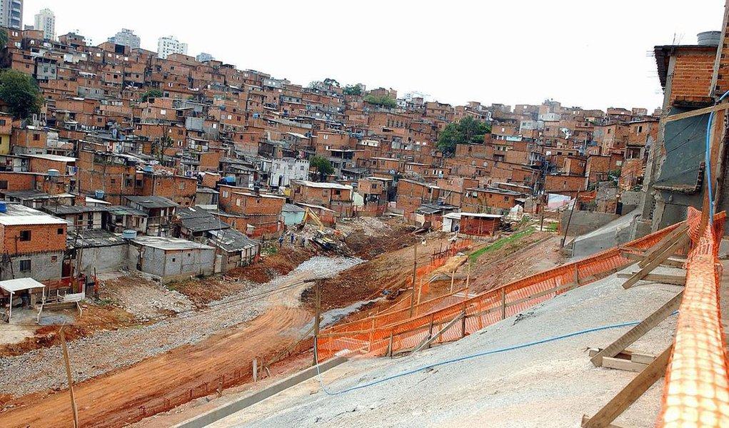 """As comunidades de Heliópolis e Paraisópolis receberão, em 30 dias, o projeto piloto que vai oferecer microcrédito às favelas brasileiras; foi assinado, em Brasília, o Acordo de Cooperação entre o Sebrae e o BNDES que amplia acesso a crédito aos microempreendedores individuais (MEI); """"O entendimento do BNDES em relação aos pequenos negócios era outro, agora estamos falando a mesma língua; os recursos estavam concentrados e o Sebrae e o Banco estão aqui para enfrentar os desafios"""", enfatizou o presidente do Sebrae, Guilherme Afif Domingos"""