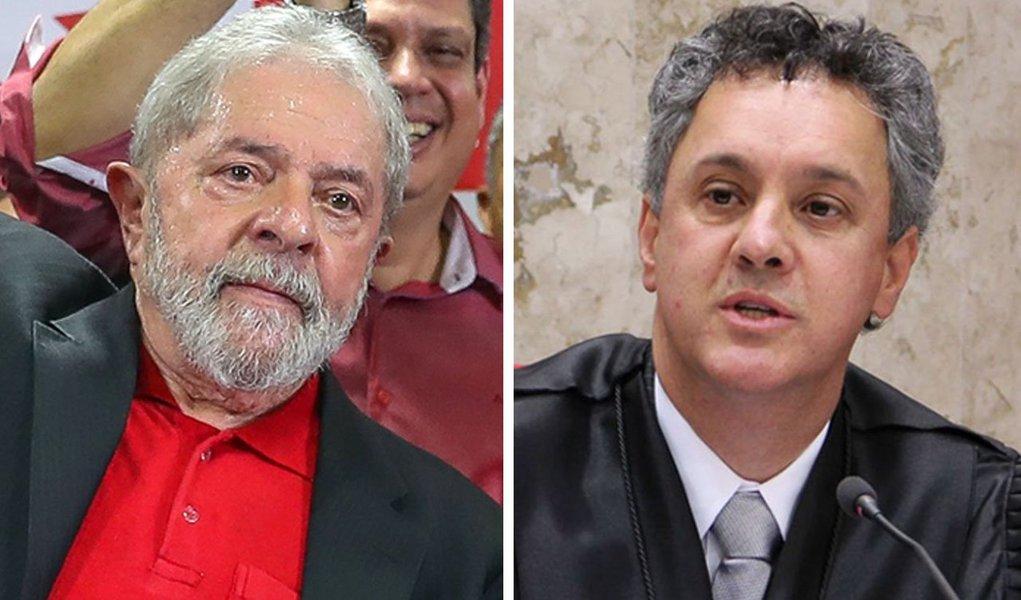 """Após o Tribunal Regional Federal da 4ª Região (TRF-4) publicar a íntegra da decisão que condenou o ex-presidente Luiz Inácio Lula da Silva a 12 anos e 1 mês de prisão, os rumores do meio jurídico sobre uma iminente prisão de Lula aumentaram; analisado, o documento fala em """"elementos de convicção"""" que corroboraram as delações contra Lula, admite interpretação na visão """"de leigos"""" e """"não técnico-jurídico"""" e outras contradições"""