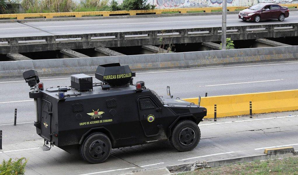 """Autoridades venezuelanas prenderam cinco membros de uma """"célula terrorista"""" conectada ao piloto policial rebelde de helicóptero Oscar Perez e mataram vários outros militantes durante um tiroteio em uma área pobre nos arredores de Caracas; Perez apareceu com o rosto ensanguentado em quase uma dúzia de vídeos dramáticos postados no Instagram, dizendo que estava cercado pelas autoridades, que atiravam contra ele com lançadores de granadas; televisão estatal informou que dois policiais morreram, mas não especificou o destino de Perez"""