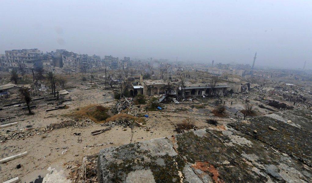 """O alto comissário da ONU para Direitos Humanos, Zeid Ra'ad al Hussein, pediu neste sábado (10) que a comunidade internacional atue urgentemente contra a escalada do conflito sírio e envie o caso ao Tribunal Penal Internacional (TPI); """"Após sete anos de paralisia no Conselho de Segurança, a situação na Síria pede a gritos para ser transferida ao Tribunal Penal Internacional e um esforço muito mais coordenado por parte dos países para levar a paz ao país"""", afirmou Zeid em comunicado"""