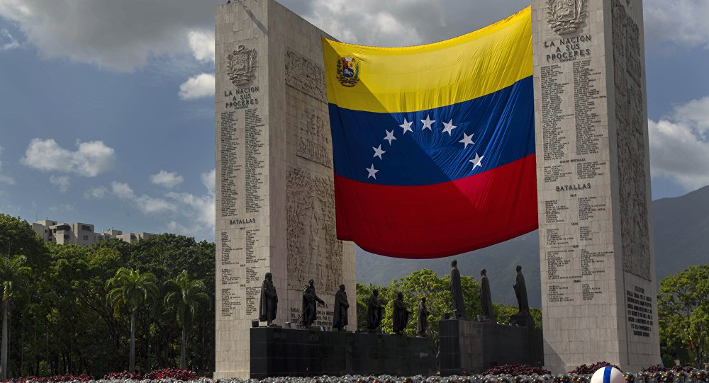 """O ministro da Defesa da Venezuela, Vladimir Padrino López, declarou que as sanções do governo dos EUA contra os militares venezuelanos não conseguem intimidar a honra da Força Armada Nacional Bolivariana; Padrino López descreveu como """"ligeiros e aberrantes"""" os comentários da porta-voz do Departamento de Estado dos EUA, Heather Nauert, na qual indicou que os funcionários venezuelanos podem evitar sanções ao cumprir o estado de direito"""