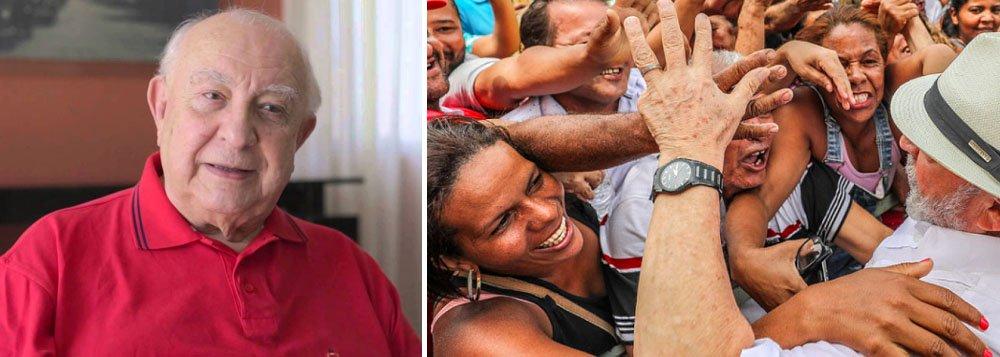 """Artistas e intelectuais vão participar, na noite desta quinta-feira (18), em São Paulo, de um encontro com o ex-presidente Lula, no bairro da Liberdade; um dos organizadores do evento e mestre de cerimônia da atividade, o ator Sérgio Mamberti, que defende a candidatura de Lula; """"Estamos unificados com o movimento estudantil, o movimento operário, os movimentos sociais. Tudo isso se entrelaça e vai criando essa rede de resistência democrática, que é fundamental para que a gente possa enfrentar essa conjuntura tão adversa"""", diz"""