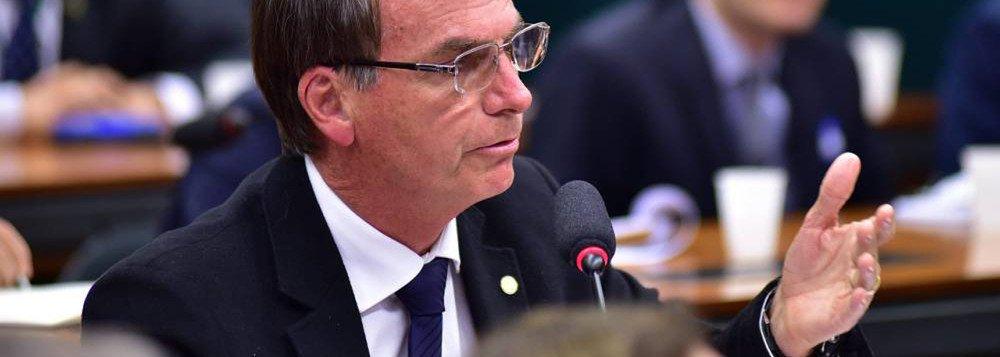 Com a tentativa de viabilizar o seu nome para a eleição presidencial, o deputado federal Jair Bolsonaro (PSC-RJ) aumentou seus gastos com passagens aéreas pagas com dinheiro público da Câmara dos Deputados; segundo levantamento feito pelo Estadão/Broadcast, nesta legislatura (entre 2015 e 2017), o parlamentar gastou 39% mais com passagens custeadas pela Câmara do que no período anterior (de 2011 a 2014): passou de R$ 261 mil para R$ 362 mil