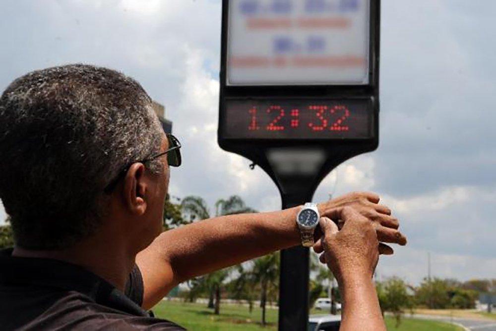 À meia-noite deste sábado (17), os moradores das regiões Sul, Sudeste e Centro-Oeste devem atrasar seus relógios. É o fim do horário de verão, que entrou em vigor no dia 15 de outubro do ano passado, com o objetivo de reduzir o consumo de energia elétrica entre as 18h e as 21h nas três regiões. Segundo o Ministério de Minas e Energia, o volume energético – e o respectivo valor monetário – poupado com a determinação deverá ser divulgado na próxima terça-feira (20)