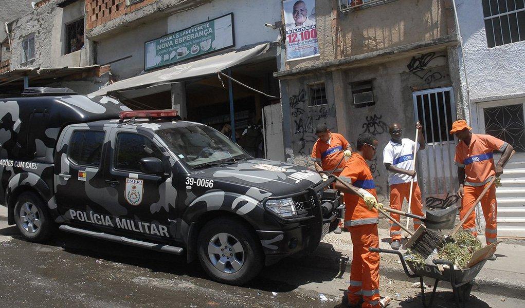 Um policial militar foi baleado no início da manhã de hoje (1º) na comunidade do Jacarezinho, na zona norte do Rio de Janeiro; ainda não identificado pela Polícia Militar, o agente foi encaminhado para o Hospital Municipal Salgado Filho, no Méier, e passa bem