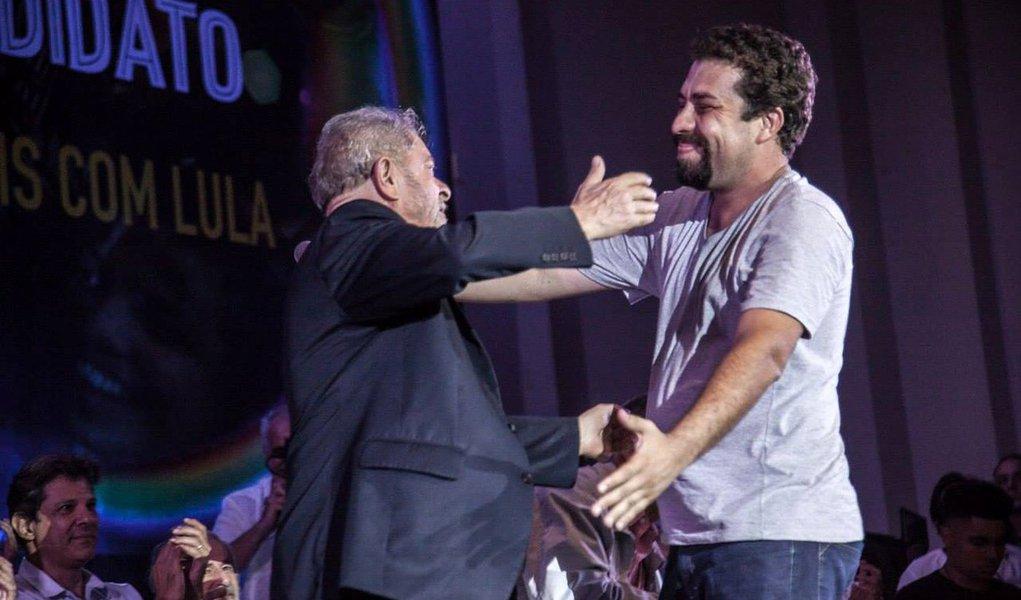 """Líder do MTST e especulado como presidenciável do Psol, Guilherme Boulos foi ao ato em apoio ao ex-presidente Lula em São Paulo e TAMBÉM afirmou que o petista sofre uma perseguição judicial """"infame"""" e merece todo apoio; """"O lugar de quem é de esquerda, concorde ou não com Lula, é defender o seu direito de ser candidato""""; Boulos acrescentou o """"nosso dever democrático é tomar as ruas no dia 24""""; """"Não adianta a polícia do Alckmin dizer que não vamos fazer manifestação, porque nós vamos. Conte com o MTST"""""""