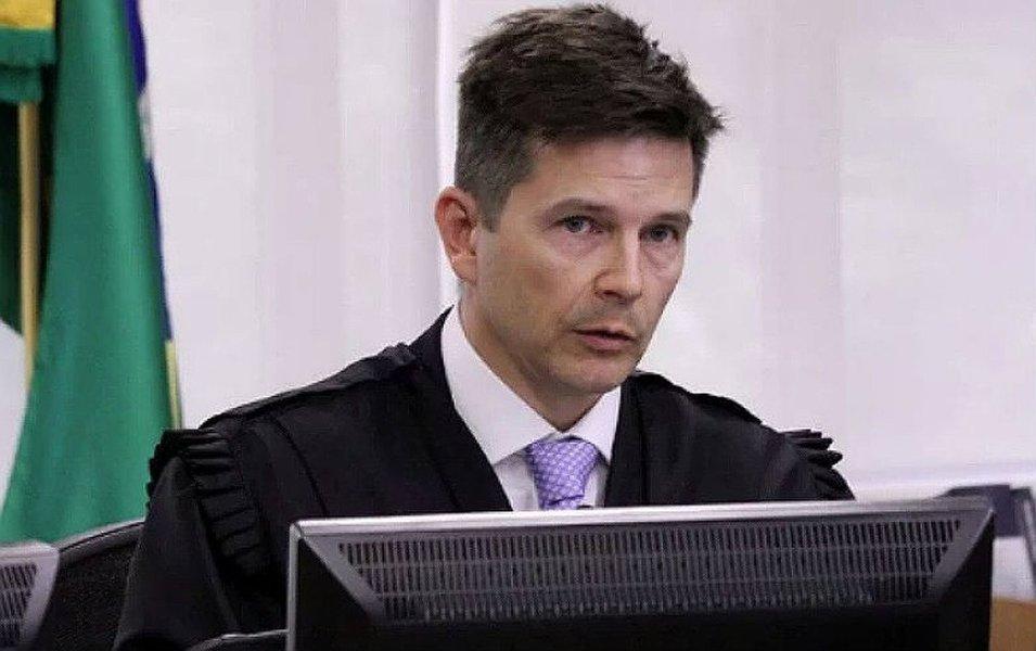 Desembargador do TRF-4 interveio para colocar julgamento do recurso do ex-presidente Lula sobre o tríplex do Guarujá à frente de 237 processos que já estavam à espera de revisão pelo Tribunal; justificativa citada por Poulsen não tem amparo legal